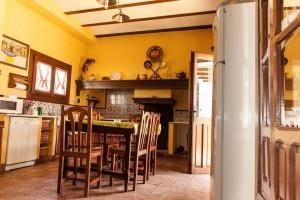 Cocina Casa Rural La Zaranda, equipada con chimenea, horno de leña, nevera, labavajilas y microondas, adema